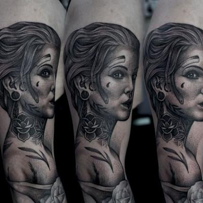 tatuaż z kobietą